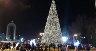 Сурати арчаи солинавии назди Парлумон - маркази Душанбе